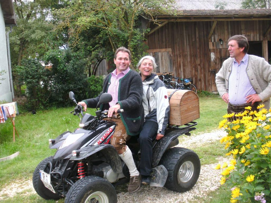 Fritz Bergmüller fährt die Redakteurin durchs Dorf Juli/2012